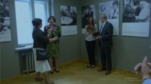 D.Poškienė sveikina parodos org. Janiną Balsienę
