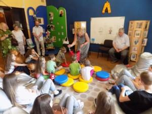 Birutė Pokštienė  Sigitos Džiaugienės šeimynos vaikams įteikia Kauno savivaldybės dovanas