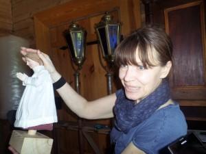 Ina Dringelytė rodo Jono Danausko  skulptūrėlę su rūbais.