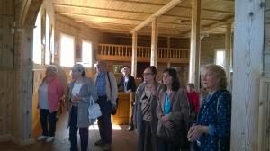 LUMA narės klausosi pasakojimo Sasnavos bažnyčioje