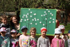 Panevėžio Gamtos mokyklos mokiniai ruošiasi sodinti obelaitę