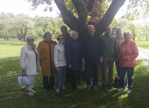 Po Obelynės ąžuolu su Arboretumo vedėju Juozu Girinu ir Simonu Stašaičiu