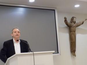 pranešimą skaito Alfas pakėnas Vaižganto muziejaus vadovas